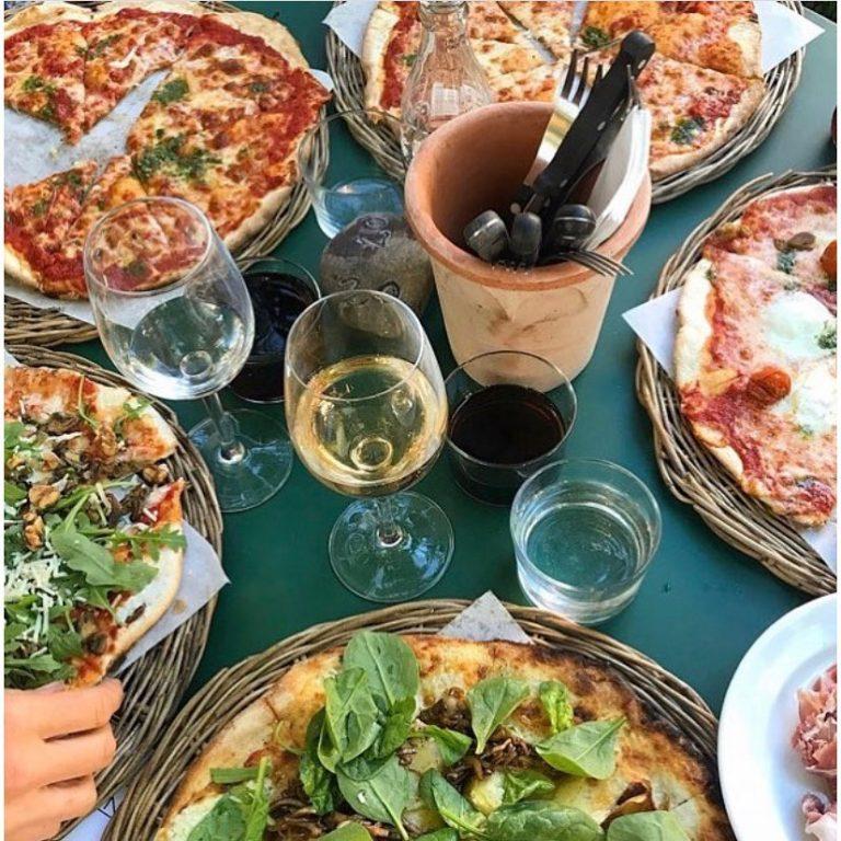 Underbar vedugnsbakad pizza på Gårdens i Simrishamn