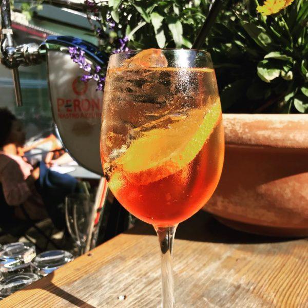 njut av god mat och svalkande drinkar i gårdens trädgård